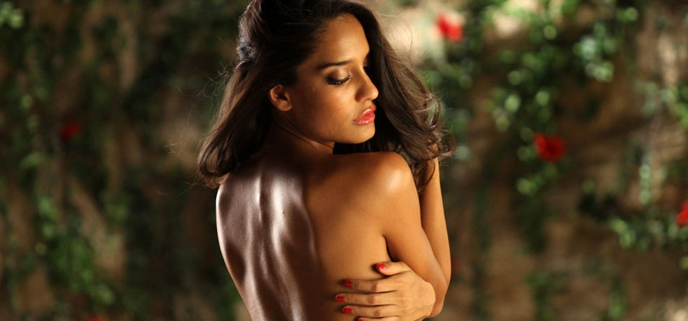 Hot Bollywood Actresses Who Went Topless