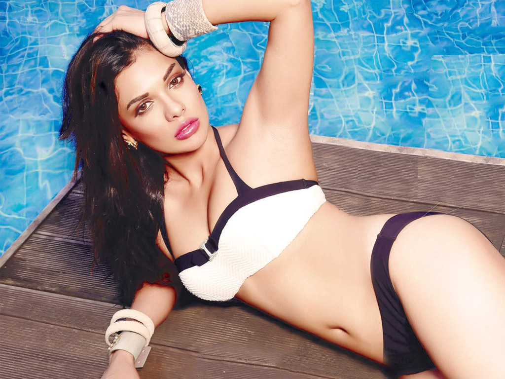 Pakistani Actress Sara Loren